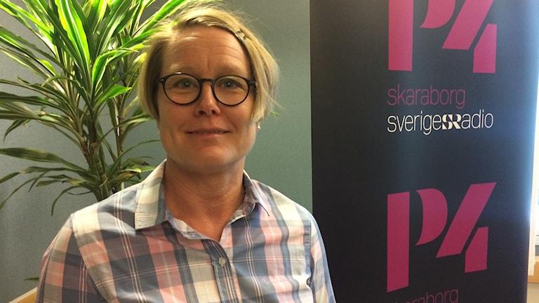 Malin Andersson HR konsult vid en blomma i studio 3 i radiohuset på P4 Skaraborg i Skövde
