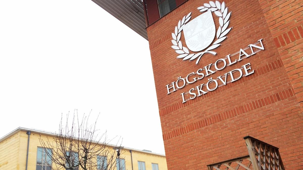 Bild på Högskolan i Skövdes skylt på E-huset.