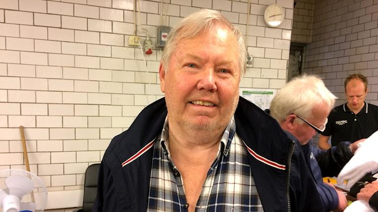 Bert Karlsson tittar in i kameran