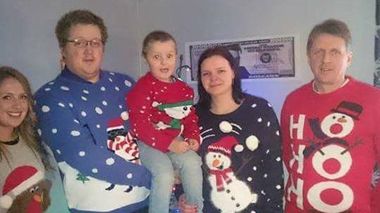 Roland Johansson med familj i jultröjor.