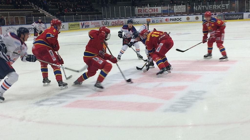 Några män från Skövde IK och Surahammar spelar hockey.