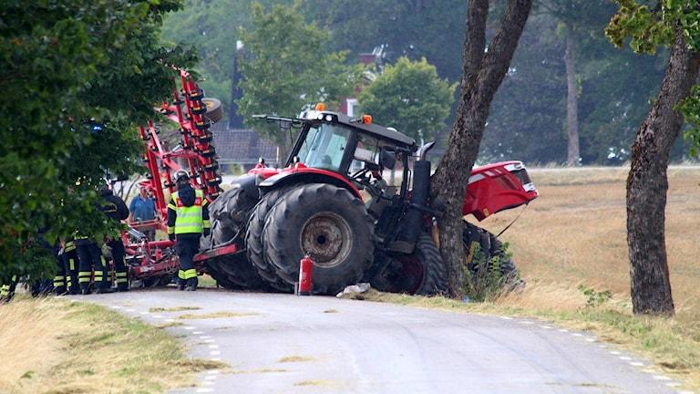 En traktor som kört in i ett träd.
