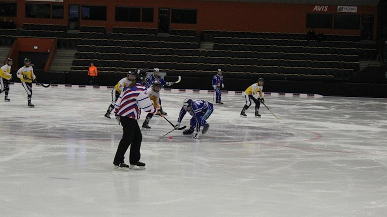 Tilda Ström i Villa Lidköping i kamp om bollen. Foto: Marcus Johannesson/Sveriges Radio