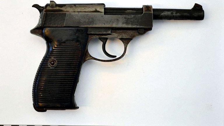 Bild på en svart pistol.