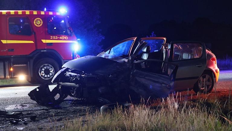 Räddningsfordon och krockad bil på E20