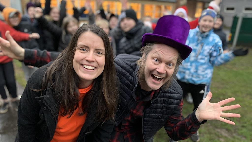 Linda Gustavsson och Jecko tillsammans med Vartoftaskolan klass 5 som ska tävla i Vi i femman.