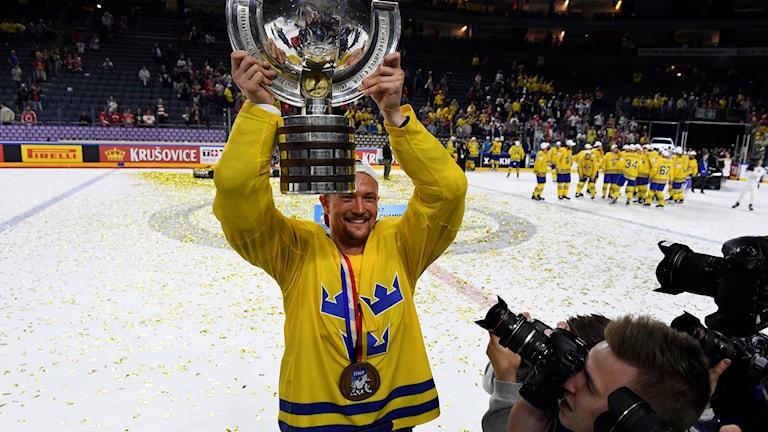 Anton Strålman lyfter VM-bucklan över huvudet