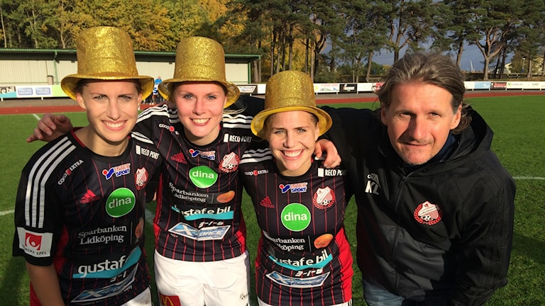 Carin Berling, Sandra Lagerbratt, Caroline Berling och tränaren i Lidköpings FK, Kjell Larsson.