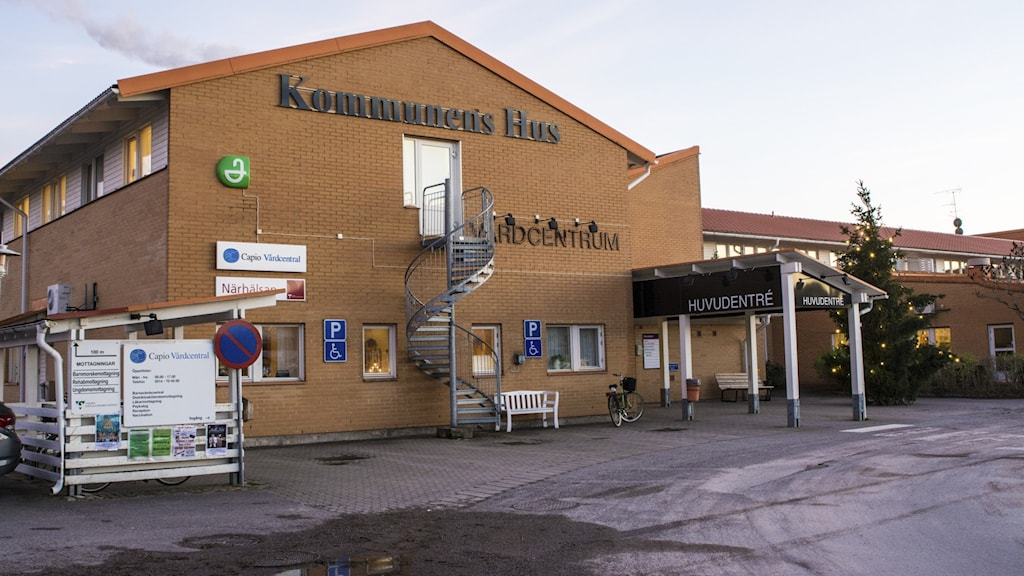 Exteriört foto av Kommunens hus i Grästorp, bland annat med vårdcentral.
