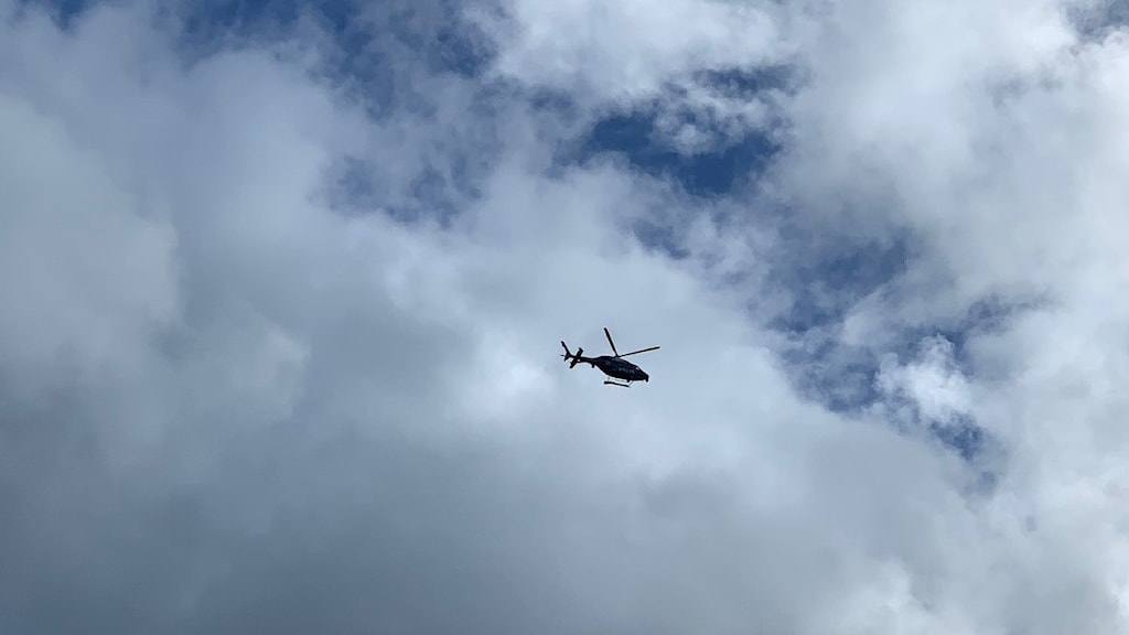 En polishelikopter cirkulerar i luften
