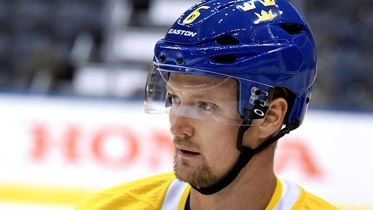 En ishockeyspelare i blå hjälm