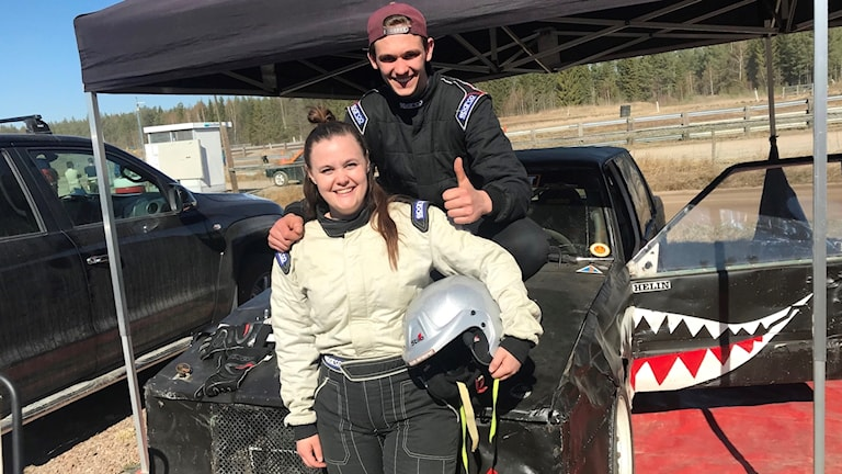 Lucas Helin sitter på motorhuven till syster Klara Anderssons folkrace bil inför tävling i Skövde.