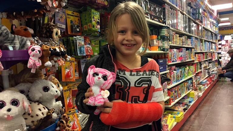 Wilma, 7 år, i leksaksaffär.