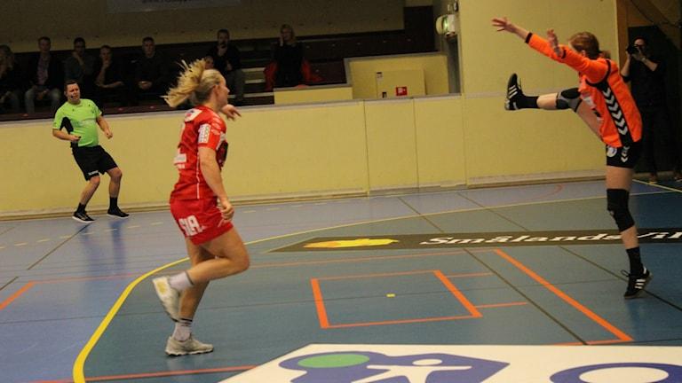 Julia Ehn Skövde HF gör mål på Kristianstads målvakt i kortbyxor. Foto Tommy Järlström P4 Sveriges Radio.