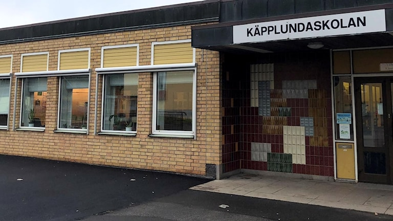 En gul tegelbyggnad som det står Käpplundaskolan på.