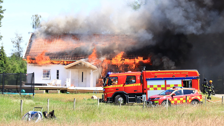 Det brinner i en villa och det väller ut rök. Räddningstjänst är på plats.