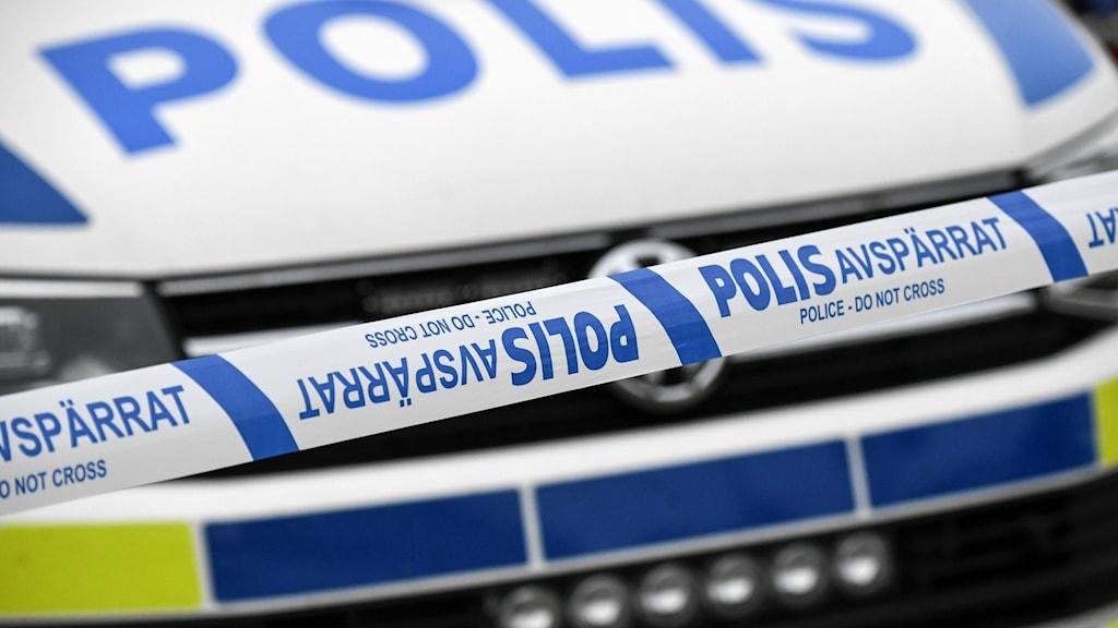 Bild på en polisbil och polisens avspärrningsband.