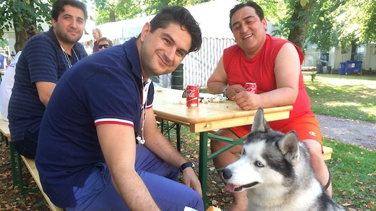 Ramin Sherafat, Nima Babr och Massoud Bakhtiarnia med hunden Diablo.