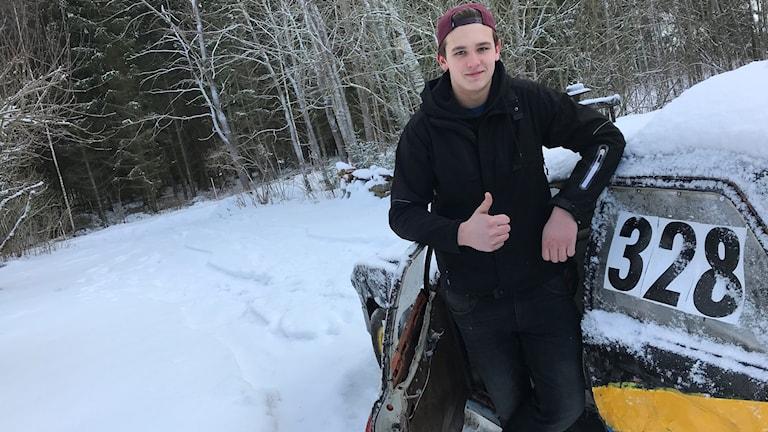 Lukas Helin jobbar med Svenska rallyt. Här står han vid sin folkracebil hemma i Tibro.