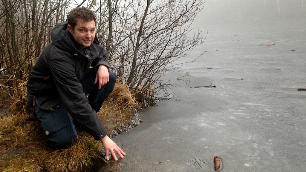 Thomas Karlsson, isinstruktör hos Livräddarna Skövde, känner på isen på Åsbotorpsjön i Skövde.