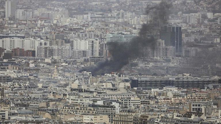Paris idag sett från ovan med rök. Den åttonde december då demonstrationer pågår.
