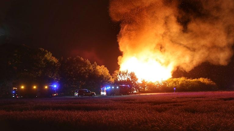 En byggnad utanför Skara blev övertänd efter en brand under natten mot fredagen.