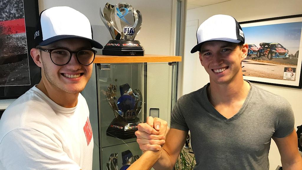 Bröderna Kevin och Timmy Hansen tar i hand och ler mot kameran.
