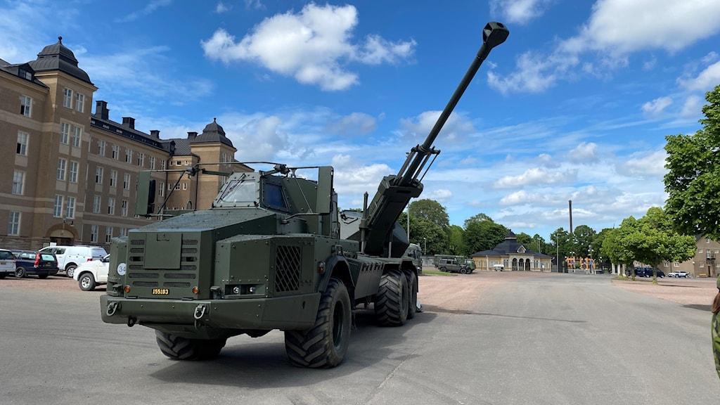 Ett stort fordon från Försvarsmakten står utanför ett regemente.