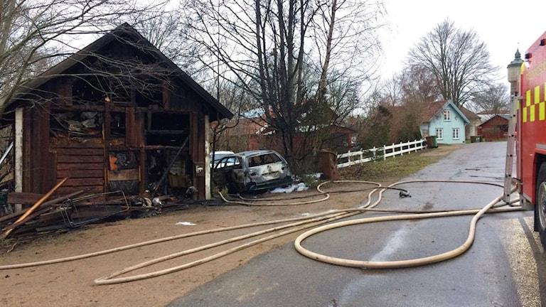 Uthuset och den utbrända bilen.