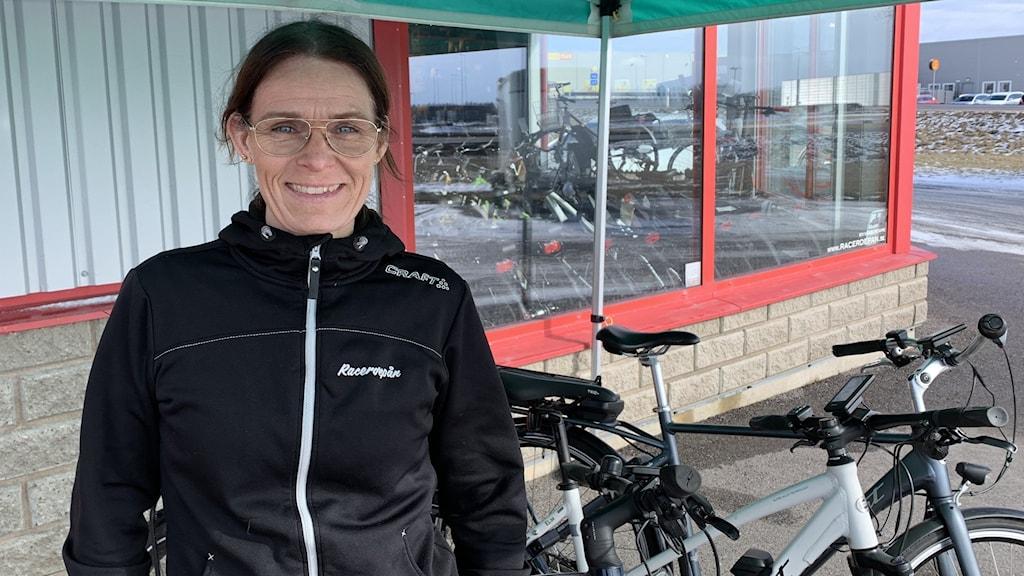 Cykelkunniga Sofie Karlsson Fåglum utanför sin cykelbutik i Falköping.