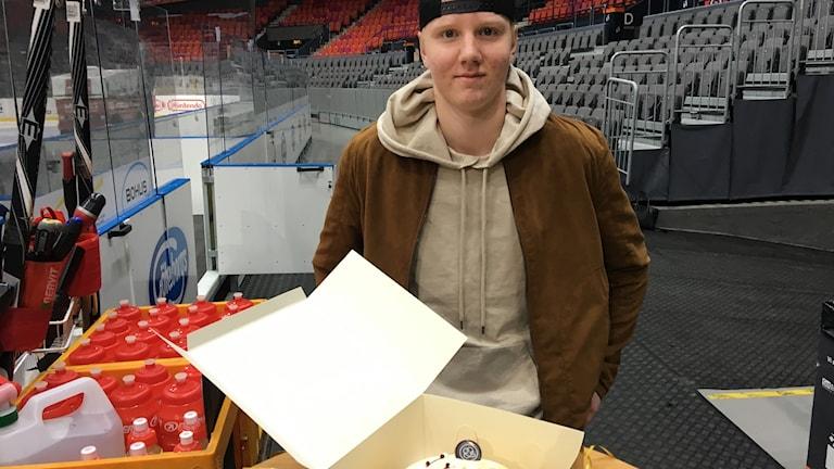 Rasmus Dahlin vid en tårta