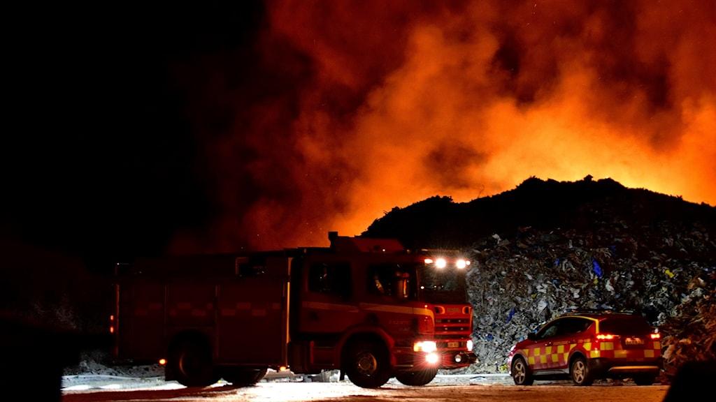 Det brinner vid återvinningscentralen Rödjorna utanför Skara.
