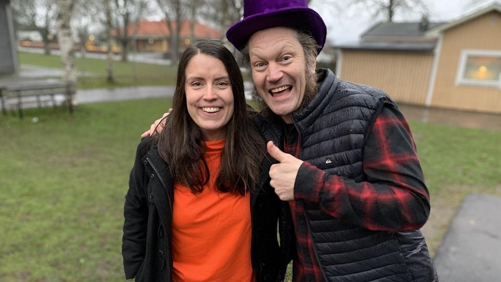 Linda Gustavsson och Jecko gör tummen upp till Vi i femman.