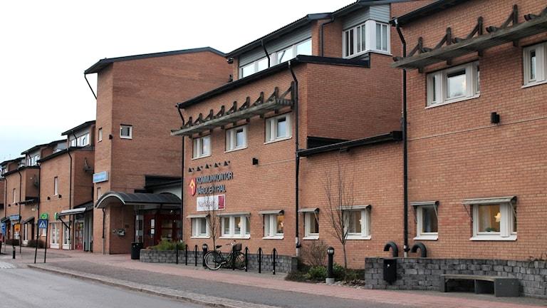 Kommunhuset i Tibro, en rödbrun tegelbyggnad.
