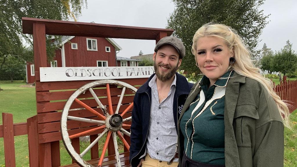 Zeb Sjöstrand och Joanna Astrenius Broe utanför sitt nya hem.