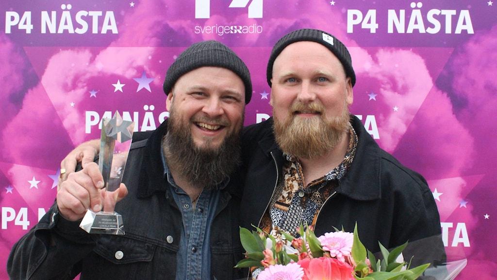Gruppbild på duon M.W som vann Skaraborgsfinalen av P4 Nästa 2021.