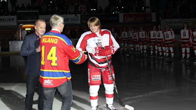 Förre SIK spelaren Jan -Allan Klang uppvaktas före matchen. Foto Tommy Järlström P4 Sveriges Radio.