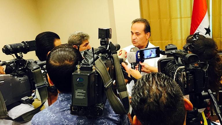 Tv-kameror riktas mot Jakob Morad under presskonferens.
