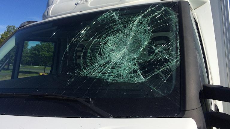 En vit lastbil med krossad framruta