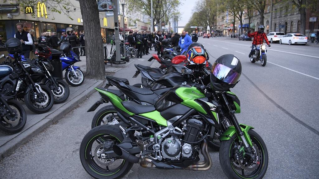 Motorcyklar står parkerade utmed en gata.