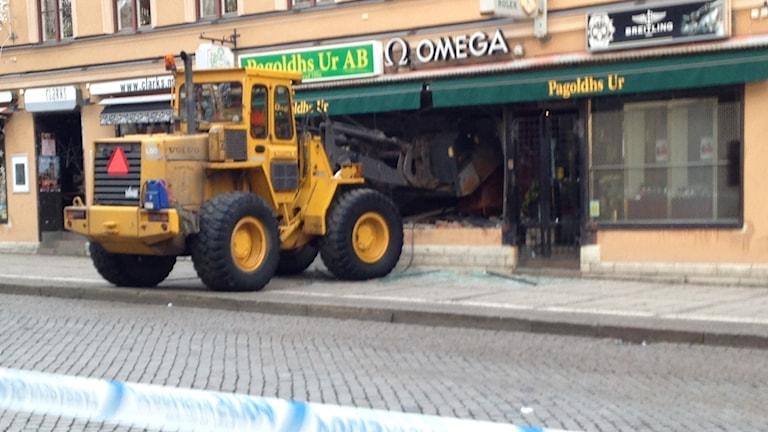 En hjullastare har kraschat det gallerförsedda skyltfönstret på en klockbutik i centrala Skövde.