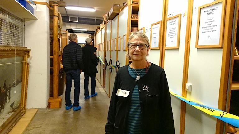 En kvinna står i ett museum.