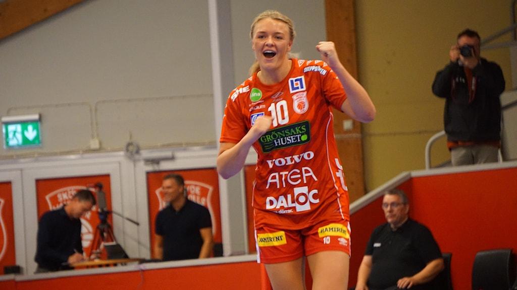 Fanny Elovson jublande glad efter ett av sina sju mål mot Boden.