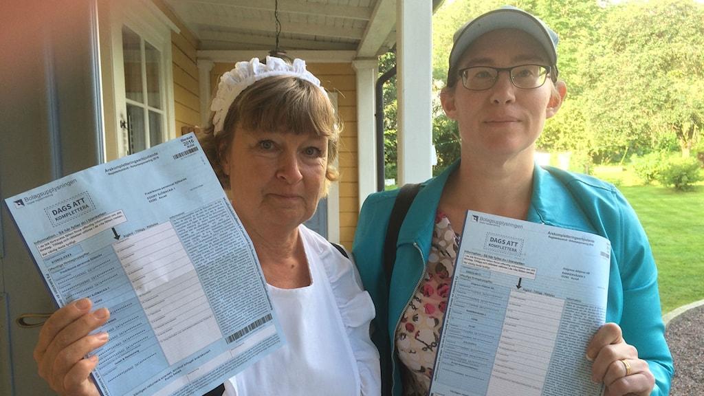 Margaretha Fredrikson och Maria Ahlgren med bluffakturor