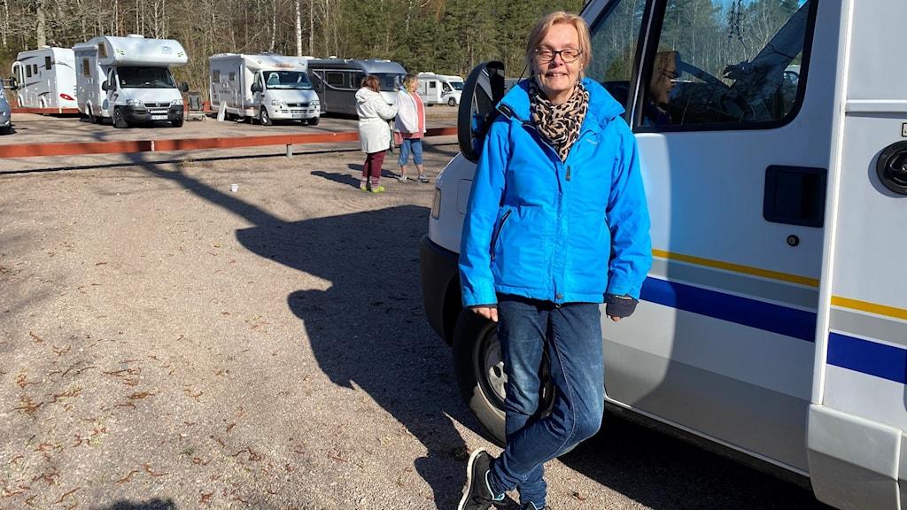 Husbilsfantasten och videobloggaren Annika Elgeskog vid sin husbil.