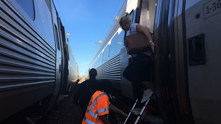 Passagerare går av tåget.