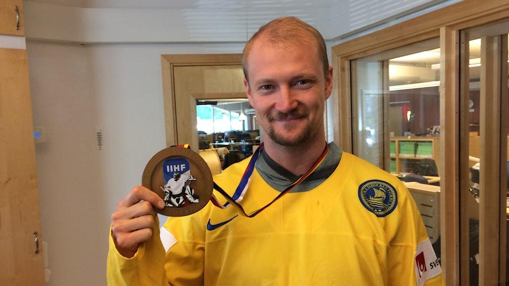 Arkivbild: Anton Strålman visar upp sin guldmedalj från VM i Tyskland.