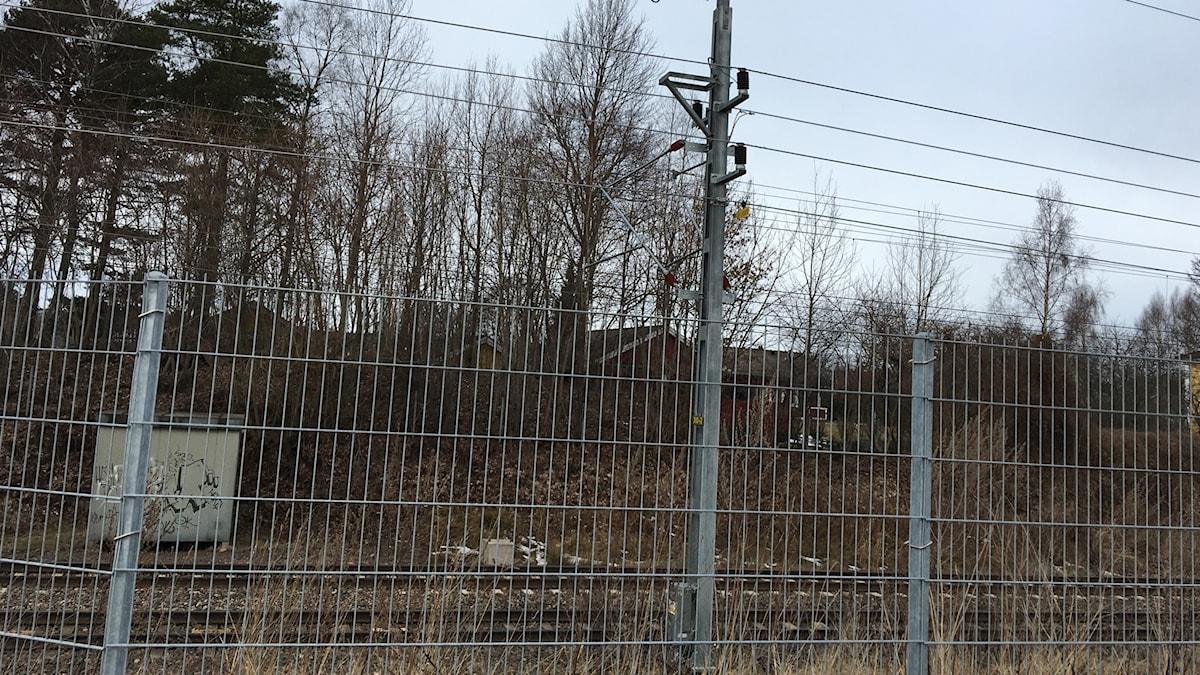 En transformator på en kraftledningsstolpe vid västra stambanan gick sönder och läckte ut olja. Tågtrafiken påverkas inte.