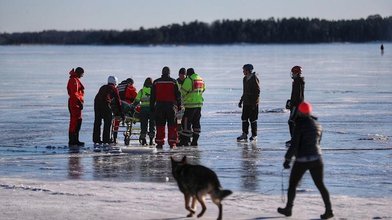 räddningstjänsten står på isen