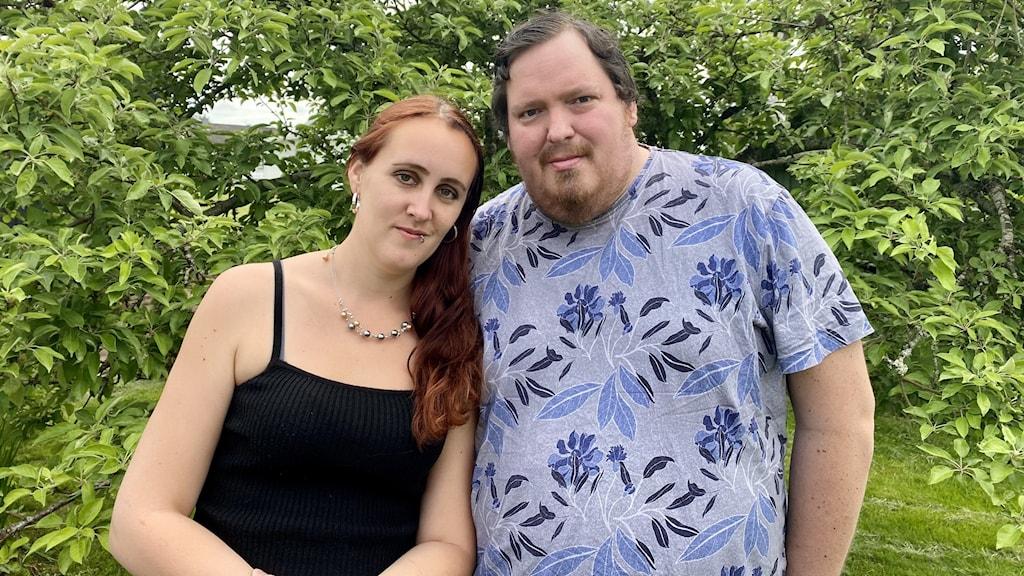 En man och en kvinna är fotograferade utomhus.